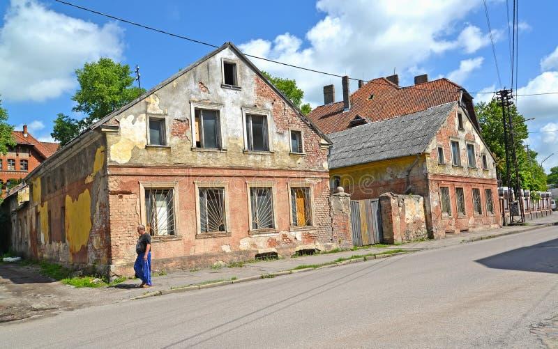 GVARDEYSK,俄罗斯 德国建筑的破旧的房子在Krasnoarmeyskaya街上的 免版税库存图片