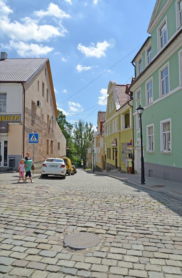 GVARDEYSK,俄罗斯 Gornaya街看法从被堆积的路面的 库存图片