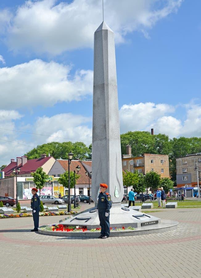GVARDEYSK, RUSIA Guardia honorable del cadete sobre un monumento a los soldados rusos de cuatro guerras Victory Square fotografía de archivo