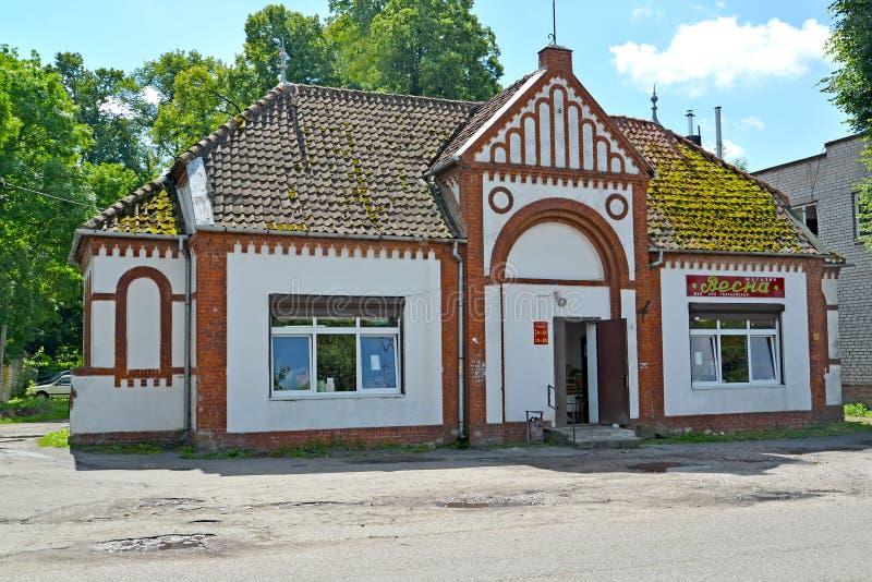 GVARDEYSK, RUSIA Tienda de Vesna - el edificio de la capilla católica anterior 1930 Primavera rusa del texto imagen de archivo