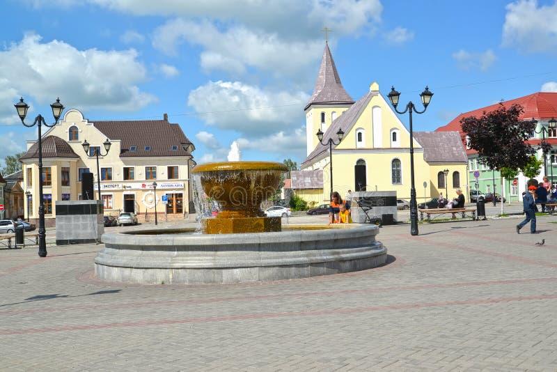 GVARDEYSK, RUSIA Un fragmento de Victory Square con la fuente y St John Baptist Church fotos de archivo libres de regalías