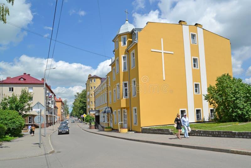 GVARDEYSK, RUSIA Vista de la calle de Telman y del edificio de la parroquia católica de Saint Joseph imágenes de archivo libres de regalías