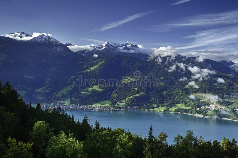 GView van Meer Thun en Bernese-Alpen met inbegrip van de pieken van Jungfrau, van Eiger en Monch-vanaf de bovenkant van Niederhor royalty-vrije stock fotografie