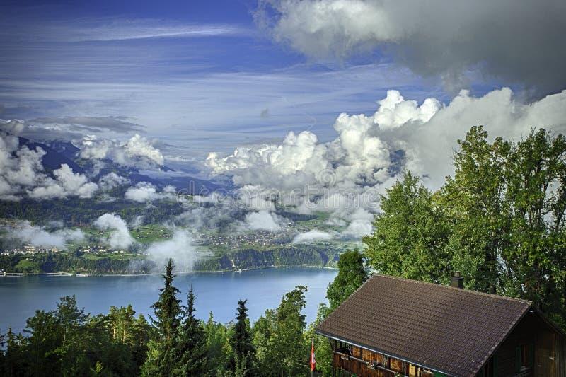 GView von See Thun und von Bernen Alpen einschließlich Spitzen Jungfrau, Eiger und Monch von der Spitze Niederhorn im Sommer, die lizenzfreies stockfoto