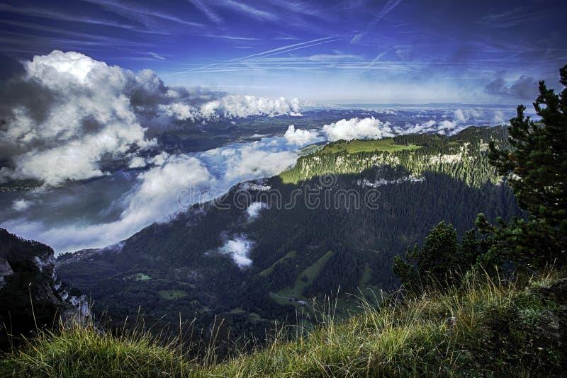 GView von See Thun und von Bernen Alpen einschließlich Spitzen Jungfrau, Eiger und Monch von der Spitze Niederhorn im Sommer, die lizenzfreie stockbilder