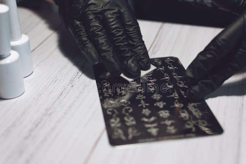 Gwóźdź sztuki cechowania proces Manicure'u mistrz robi cechowaniu z gwoździa gel połyskiem, cechowanie talerzami i Przejrzystą st obraz stock