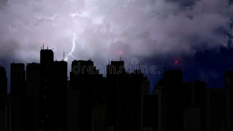 Gwałtowna burza łama nad megalopolis przy nocą, błyskawicowy rygiel, pogoda zdjęcie royalty free