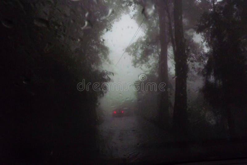 Gwałtowna burza z ciężkim opady deszczu widzieć przez przedniej szyby samochód zdjęcie royalty free