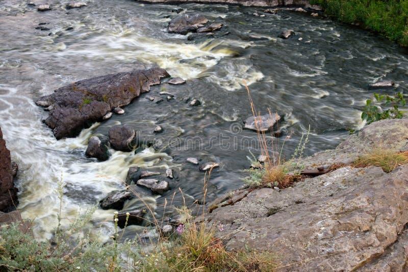 Gwałtowni na rzece w centre który okrąża kamienie nawadniają szybko nad lasową halną rzeką obraz stock