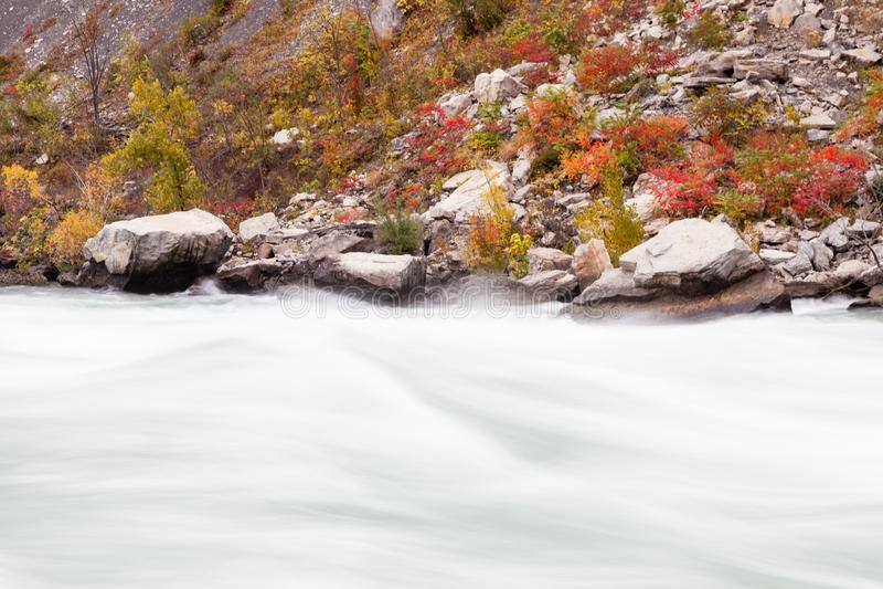 Gwałtowni Płynie przez Niagara wąwozu, Kanada obraz royalty free