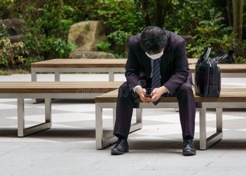Gwałtownie spadać nad biznesowym mężczyzna patrzeje telefon obraz royalty free