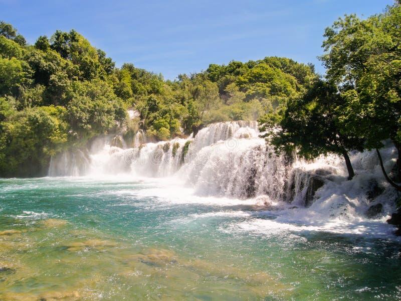 Download Gwałtowni rzeka zdjęcie stock. Obraz złożonej z ulistnienie - 53784700