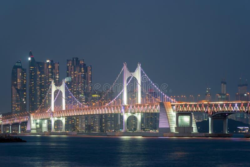Gwangan bro med den Busan staden i bakgrund på Busan, södra Kor fotografering för bildbyråer