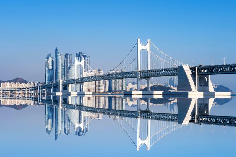 Gwangan bro och Haeundae i Busan arkivfoton