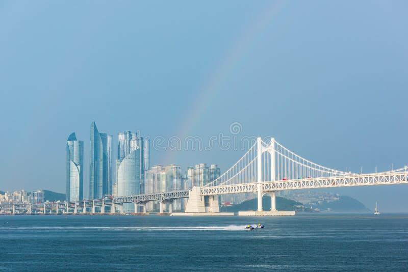 Gwangan bro och Haeundae i den Busan staden, Sydkorea arkivfoto