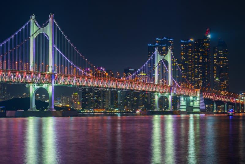 Gwangan bro och Haeundae i den Busan staden, Sydkorea royaltyfria foton