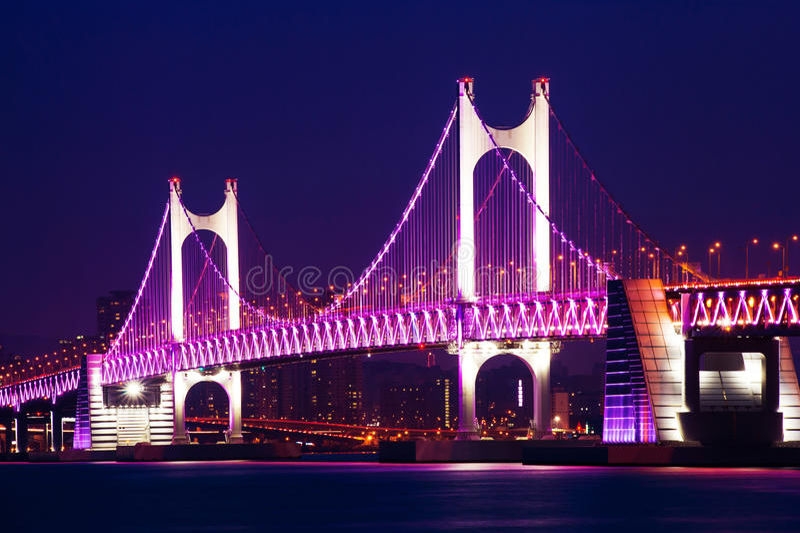 GwangAn bro och Haeundae på natten i Busan royaltyfria foton