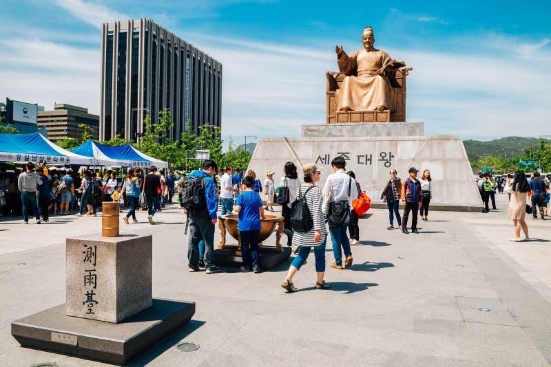 Gwanghwamun fyrkant med statyn av konungen Sejong i Seoul, Korea fotografering för bildbyråer