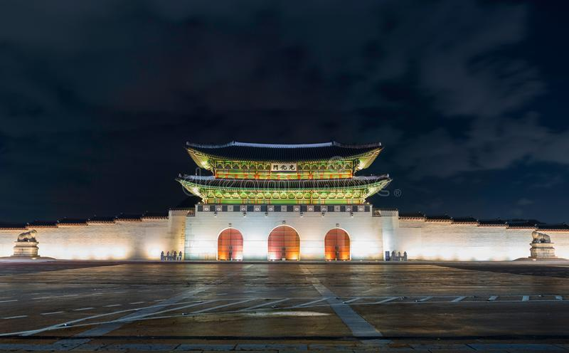 Gwanghwamun port på den Geyongbokgung slotten i Seoul på natten, Sout royaltyfria bilder