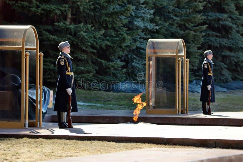 Gwardia honorowa przy grobowem niewiadomy żołnierz zdjęcia stock