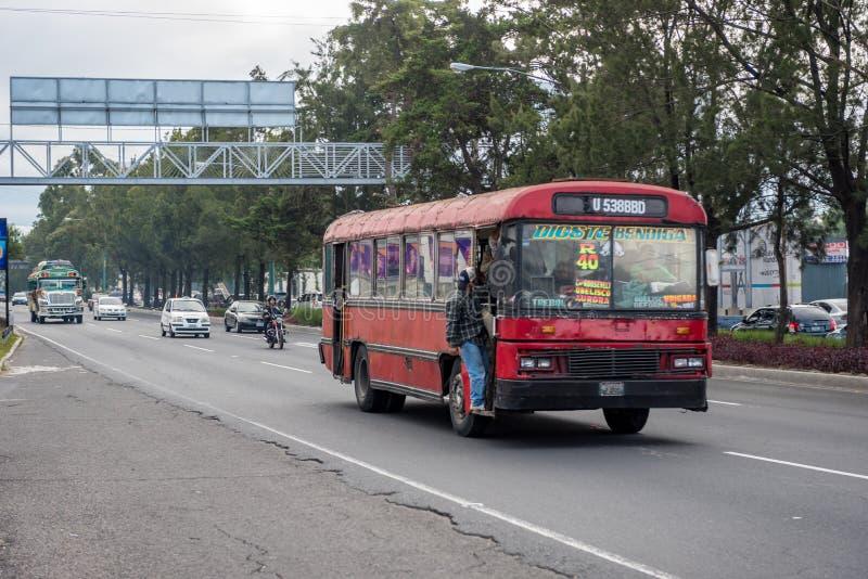 GWATEMALA, LISTOPAD - 11, 2017: Gwatemala miasta ulica z ruchem drogowym Dzienny widok transport publiczny, jak Kolorowy kurczaka obraz stock