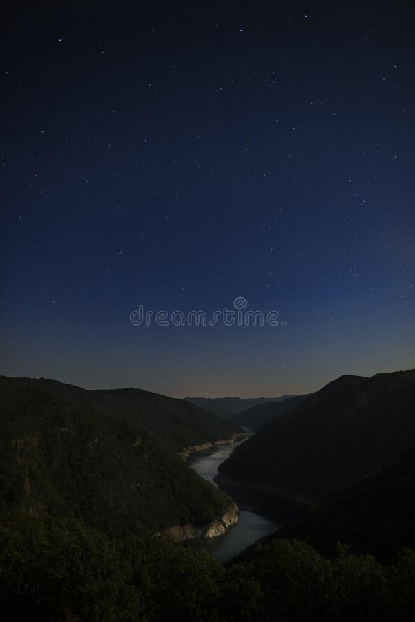 Gwiaździsta noc nad Nestos rzeką obraz stock