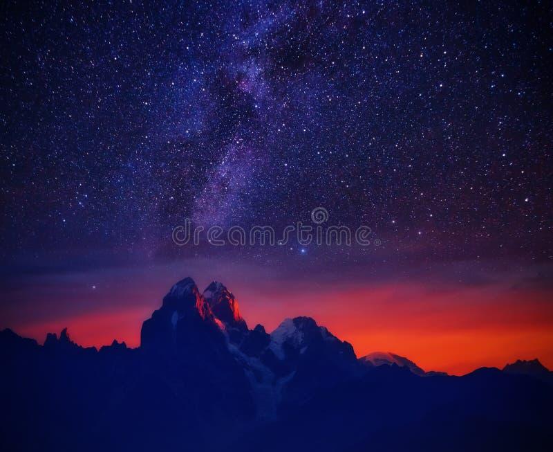 Gwiaździsta noc w górze obrazy royalty free