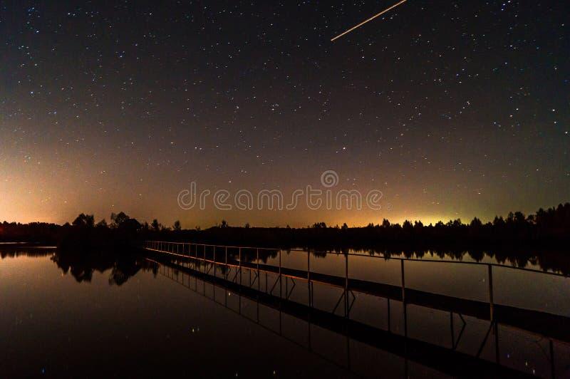 Gwiaździsty niebo nad jeziorem obrazy stock