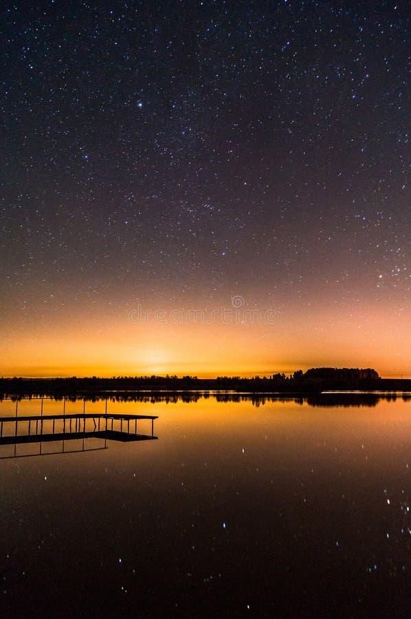 Gwiaździsty niebo nad jeziorem obraz stock