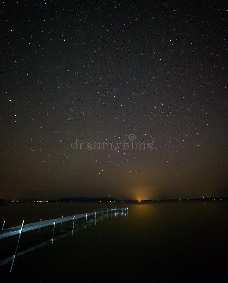 Gwiaździsty niebo nad jeziorem obraz royalty free