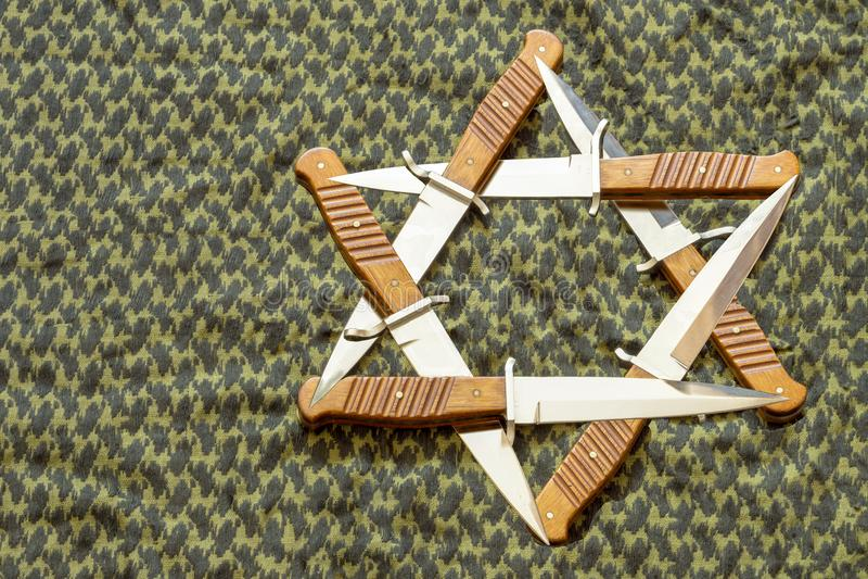 Gwiazda Dawidowa, hexagram w postaci sześć kindżałów na tle zielony keffiyeh zdjęcie royalty free