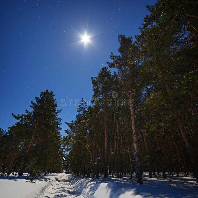 Gwiazda i księżyc w pełni w niebie przy nocą Zimy droga z zdjęcie stock