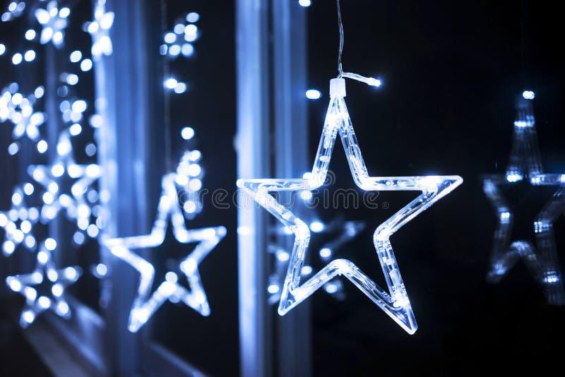 Gwiazda ornamentuje obwieszenie blisko okno obraz royalty free