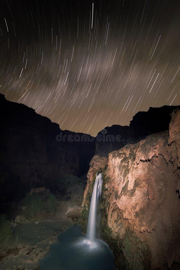 Gwiazda wlec i Milky sposób nad Havasu Spada, Supai, AZ zdjęcie stock