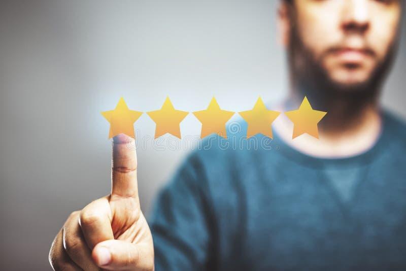 5 gwiazdek recenzji, zarządzanie reputacją, koncepcja oceny, wysokiej jakości serwis zdjęcie royalty free