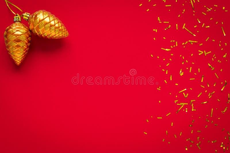Gwiazdka ze złotymi stożkami, kulami świątecznymi Karta noworoczna, ramka Dekoracja, projektowanie Widok z góry Klepik czerwony P zdjęcia stock
