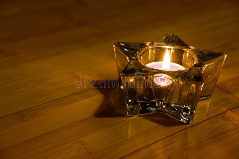 Gwiazdowa szklana dekoracja z płonącą świeczką obraz royalty free