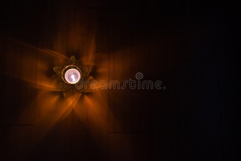 Gwiazdowa szklana dekoracja z płonącą świeczką zdjęcie royalty free