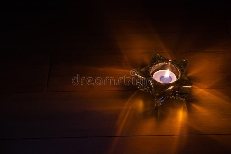 Gwiazdowa szklana dekoracja z płonącą świeczką fotografia royalty free