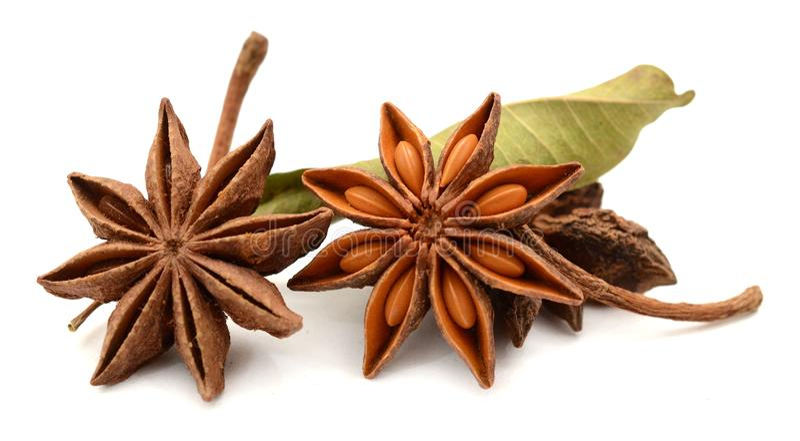 Gwiazdowego anyżu pikantności owoc i ziarna odizolowywający na białym tle Jedzenie, naturalny zdjęcia stock