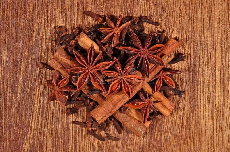 Gwiazdowy anyż, cynamonowi kije i cloves, zdjęcia stock