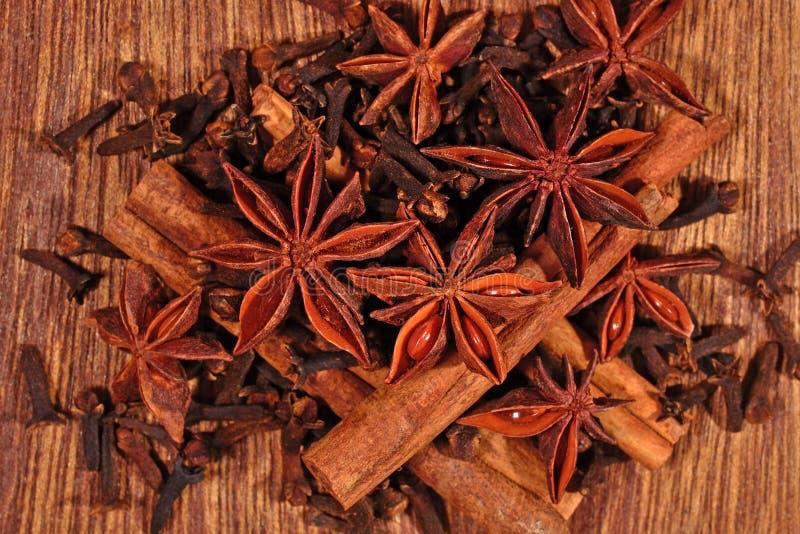 Gwiazdowy anyż, cynamonowi kije i cloves, fotografia stock