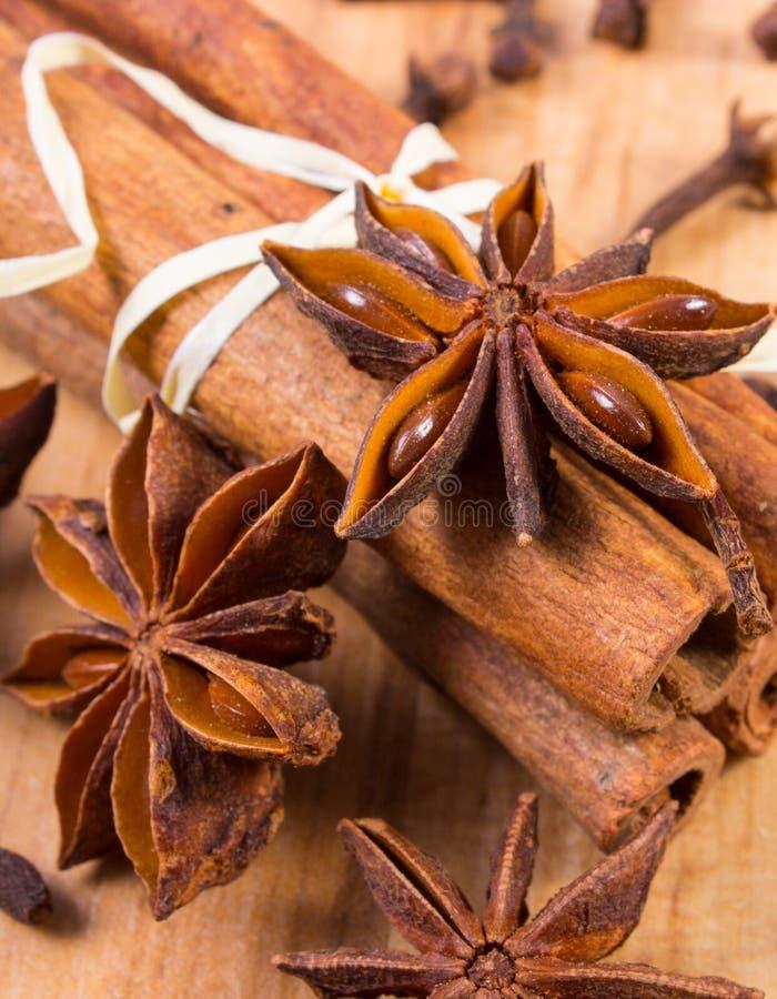 Gwiazdowy anyż, cynamonowi kije i cloves na drewnianym stole, przyprawia dla gotować zdjęcie stock