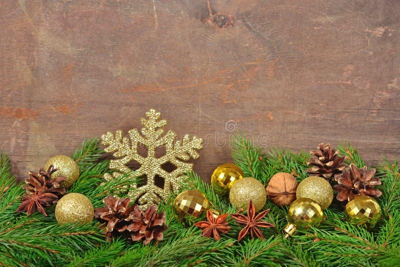 Gwiazdowy anyż, dokrętki, rożki, Bożenarodzeniowe dekoracje i spruse, rozgałęziamy się fotografia stock