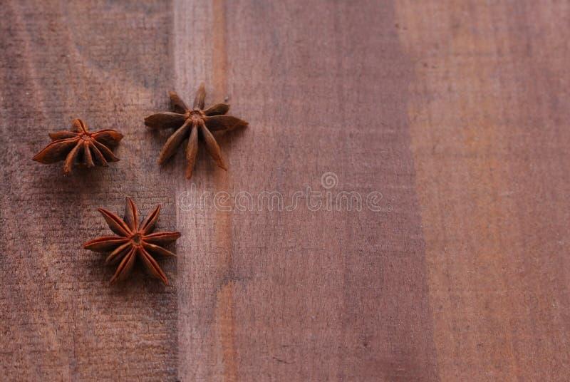 Gwiazdowy anyż na drewnianym tle zdjęcia royalty free