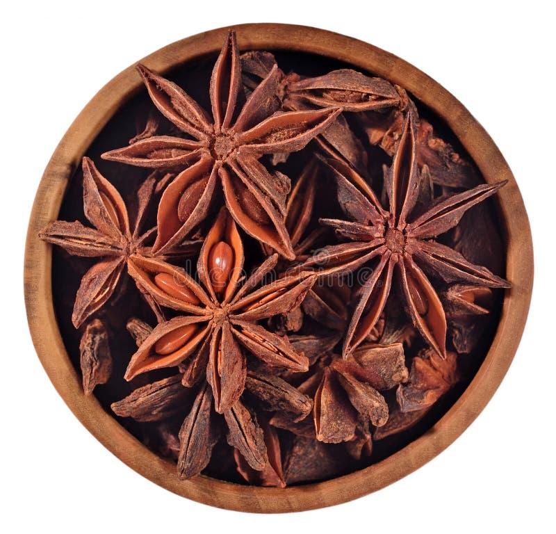 Gwiazdowy anyż w drewnianym pucharze na bielu zdjęcia royalty free