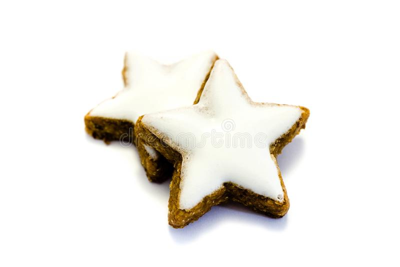 Gwiazdowych ciastek cynamonowych bożych narodzeń zimtstern odosobniony na białej tło wycinance zdjęcie royalty free