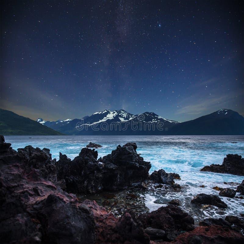 Gwiazdy błyszczą w niebie nad fjords obraz stock