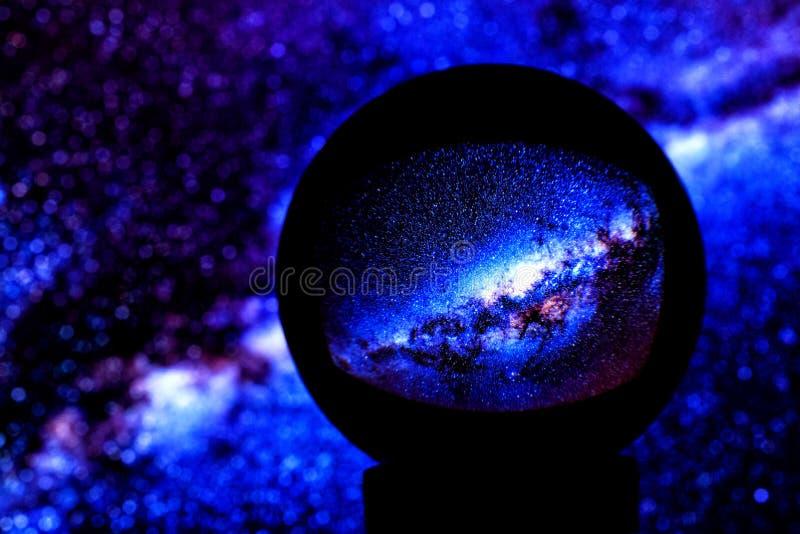 Gwiazdy drogi mlecznej galaxy odbijają w kryształowej kuli fotografia royalty free