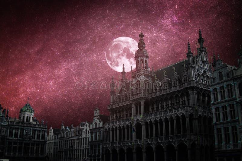 Gwiazdy i księżyc błyszczą przy nocą obrazy royalty free